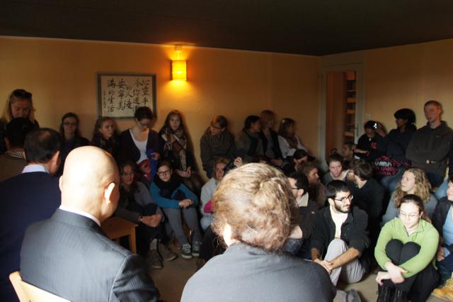 フランスのカトリック修道院を訪問し地元の若者と対話した時の様子
